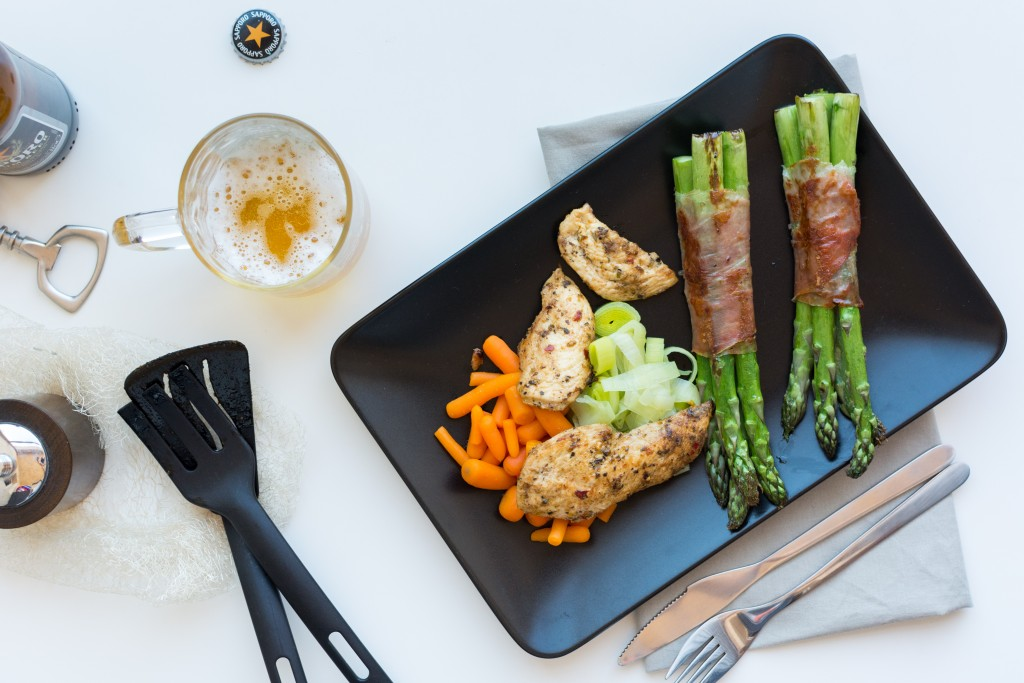 foodiesfeed.com_chicken-breast-steak-vegetables-beer
