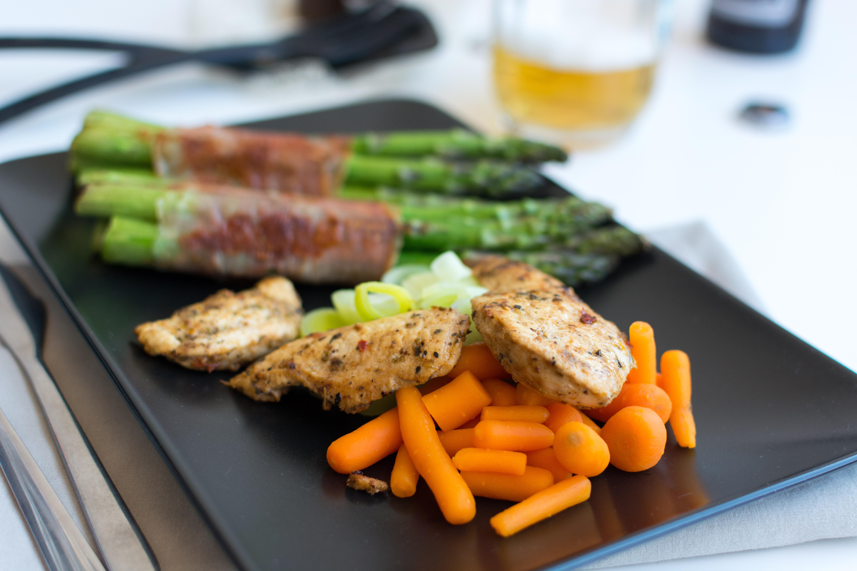 foodiesfeed.com_chicken-breast-steak-vegetables-beer1