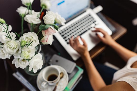 kaboompics-com_female-workspace-with-white-flowers